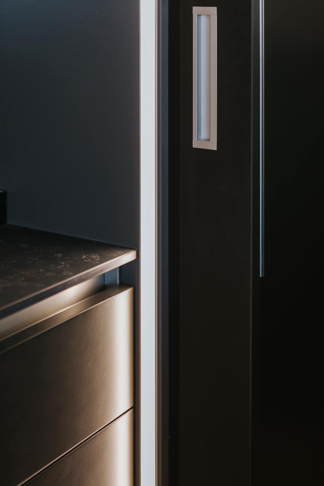 Bootshaus Küche Kastentür Schiebeelement beleuchtet