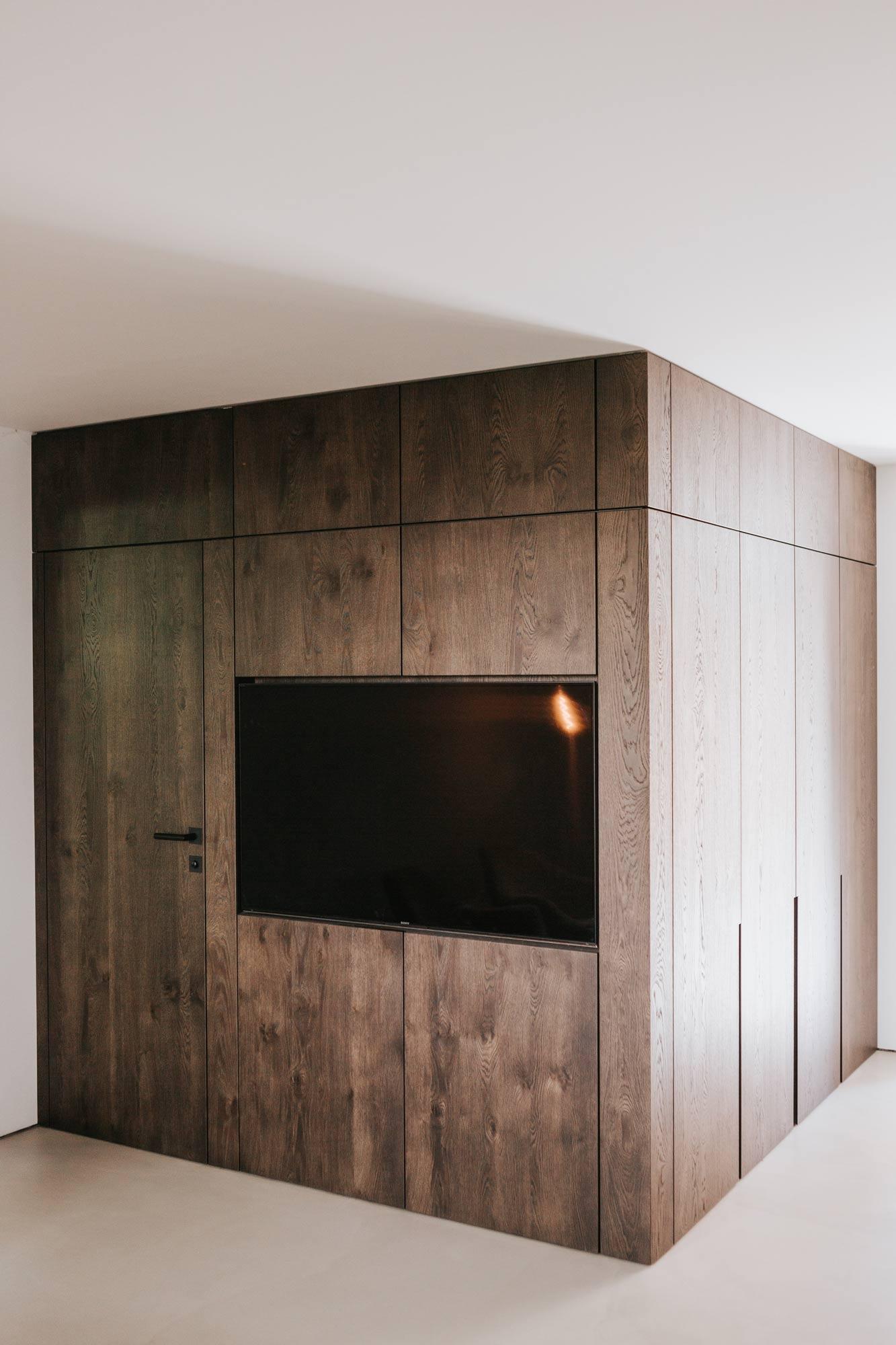 Wandverbau B Garderobe und Stauraum,mit integriertem TV