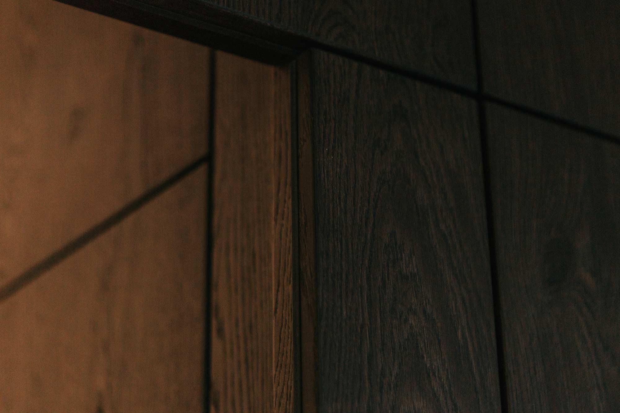 Wandverbau B Garderobe und Stauraum,mit integriertem TV und Tür zur Toilette