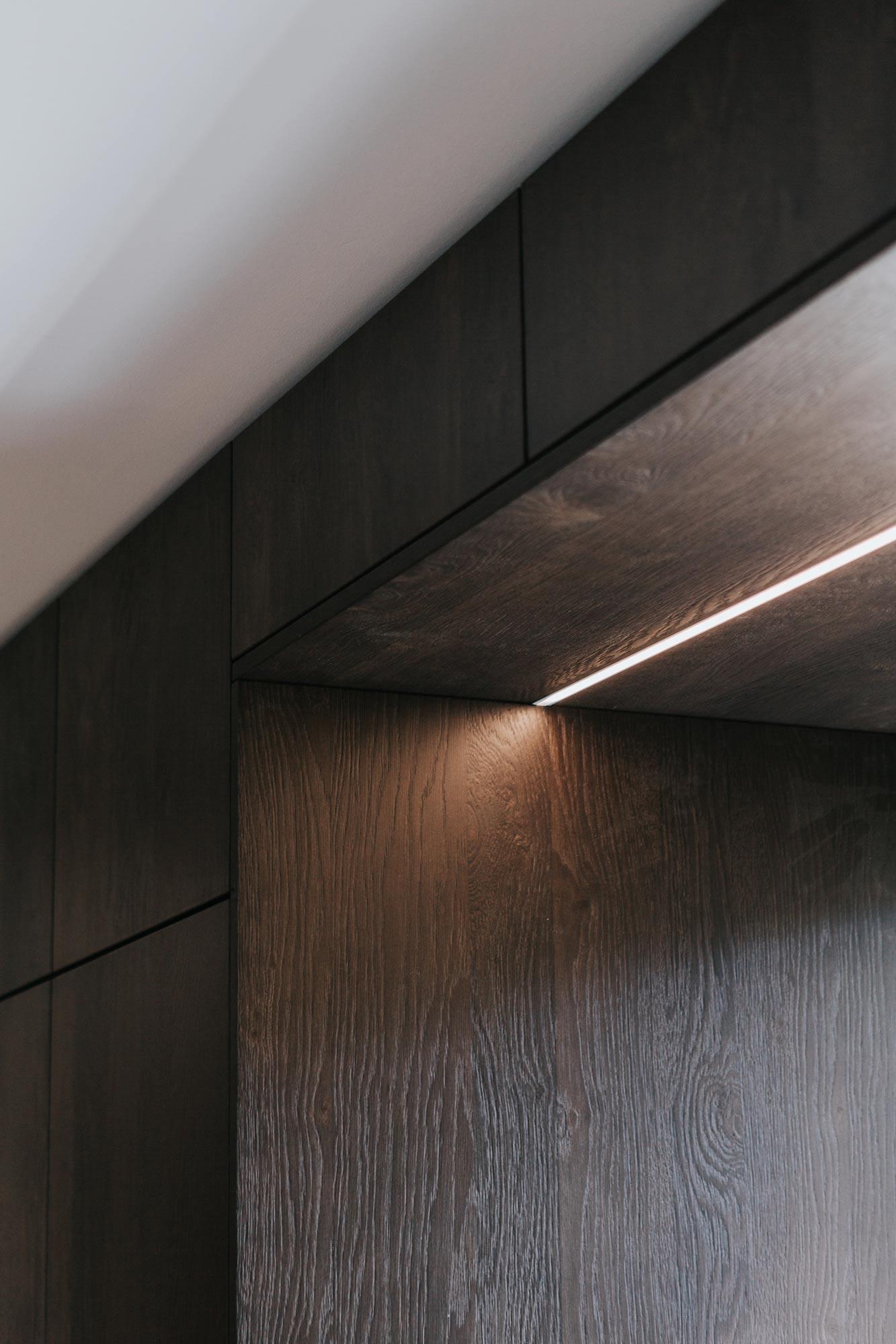 Norzküche, dunkle Eiche gebeitzt, Lichtelement